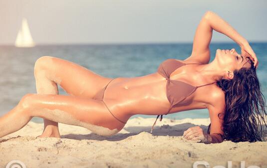 法尔考的女友纳塔莉亚的一组海边写真近
