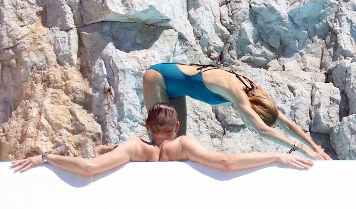 波兰超模现身海滩度假 性感比基尼露丰满身材